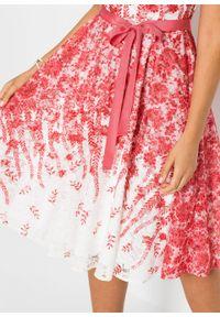 Sukienka midi koronkowa z wiązanym paskiem bonprix biało-czerwony w kwiaty. Kolor: biały. Materiał: koronka. Wzór: kwiaty. Długość: midi
