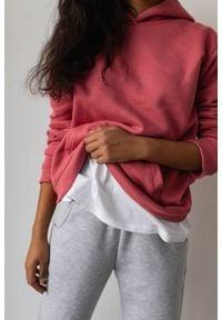 Marsala - Bluza z kapturem MALINOWA - BASIC BY MARSALA. Okazja: na spacer. Typ kołnierza: kaptur. Kolekcja: moda ciążowa. Kolor: różowy. Materiał: jeans, materiał, bawełna, elastan. Sezon: wiosna