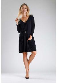 Nommo - Czarna Sukienka o Luźnym Fasonie Zapinana na Guziki. Kolor: czarny. Materiał: bawełna, poliester