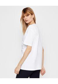 Alexander McQueen - ALEXANDER MCQUEEN - Biała koszulka z nadrukiem. Okazja: na co dzień. Kolor: biały. Materiał: bawełna. Wzór: nadruk. Styl: casual