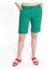 TOP SECRET - Tkaninowe szorty przed kolano. Okazja: na co dzień, do pracy. Kolor: zielony. Materiał: tkanina. Sezon: lato. Styl: klasyczny, casual