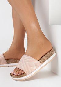 Born2be - Różowe Klapki Gildal. Nosek buta: okrągły. Kolor: różowy. Materiał: zamsz, guma. Wzór: geometria, aplikacja. Sezon: lato