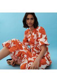 Reserved - Wzorzysta sukienka - Pomarańczowy. Kolor: pomarańczowy