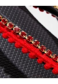 MYSTIQUE SHOES - Czarne japonki z czerwonymi kryształami. Kolor: czarny. Materiał: guma. Wzór: paski, aplikacja