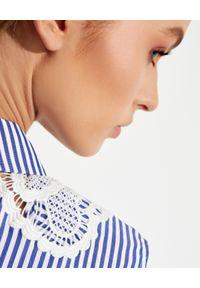 SELF PORTRAIT - Bawełniana sukienka midi w paski. Kolor: niebieski. Materiał: bawełna. Wzór: paski. Typ sukienki: rozkloszowane. Długość: midi