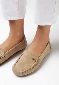 Born2be - Beżowe Mokasyny Eatheris. Nosek buta: okrągły. Zapięcie: bez zapięcia. Kolor: beżowy. Materiał: skóra. Wzór: aplikacja. Obcas: na płaskiej podeszwie. Styl: klasyczny