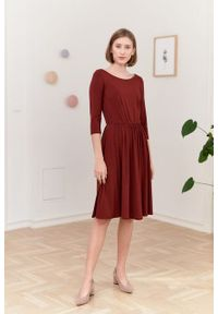 Marie Zélie - Sukienka Limosa ceglasta. Kolor: czerwony. Materiał: wiskoza, dzianina, materiał, elastan. Długość: midi
