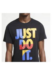 Koszulka męska Nike Sportswear CU7385. Materiał: materiał, bawełna. Długość rękawa: krótki rękaw. Długość: krótkie. Wzór: napisy. Sezon: lato