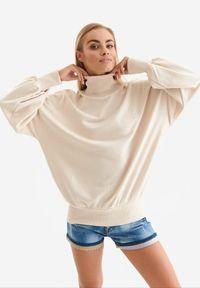 Born2be - Beżowa Bluza Badura Mesophine. Typ kołnierza: golf. Kolor: beżowy. Materiał: dresówka, bawełna, jeans, dzianina, poliester. Długość: długie. Wzór: haft, aplikacja. Sport: golf