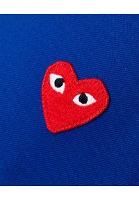 COMME DES GARCONS PLAY - Niebieska bluza z kapturem. Typ kołnierza: kaptur. Kolor: niebieski. Długość rękawa: długi rękaw. Długość: długie