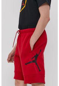 Czerwone szorty Jordan z nadrukiem, na co dzień