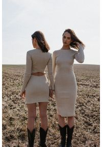 Marsala - Sukienka prążkowana z wycięciem na plecach w kolorze BEIGE z dodatkiem lnu - ALTEA MIDI BY MARSALA. Materiał: len, prążkowany. Długość rękawa: długi rękaw. Styl: elegancki. Długość: midi