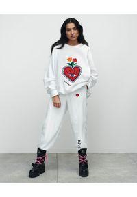 VICHER - Białe spodnie dresowe REBELL. Stan: podwyższony. Kolor: biały. Materiał: dresówka. Wzór: haft