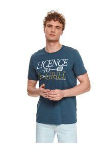 TOP SECRET - T-shirt męski z nadrukowanym napisem. Kolor: niebieski. Materiał: bawełna, tkanina. Długość rękawa: krótki rękaw. Długość: krótkie. Wzór: napisy. Styl: klasyczny