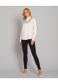 SOLUZIONE - Biała koszula jedwabna z długimi mankietami. Okazja: na co dzień. Kolor: biały. Materiał: jedwab. Długość: długie. Styl: casual
