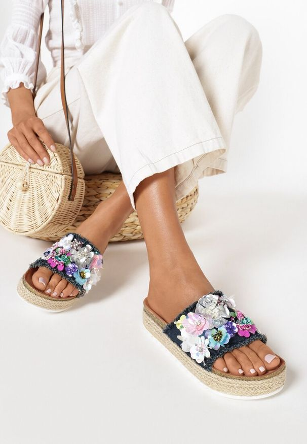 Born2be - Granatowe Klapki Aquanna. Nosek buta: otwarty. Kolor: niebieski. Materiał: materiał. Wzór: kwiaty, aplikacja. Obcas: na platformie