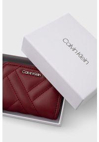 Calvin Klein - Portfel. Kolor: czerwony. Materiał: materiał. Wzór: gładki