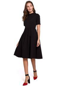 MAKEOVER - Czarna Rozkloszowana Sukienka z Wykładanym Kołnierzykiem. Kolor: czarny. Materiał: poliester, elastan
