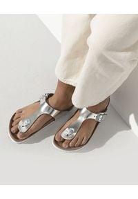 Birkenstock - BIRKENSTOCK - Srebrne klapki Gizeh Soft Footbed. Kolor: srebrny. Styl: glamour, klasyczny