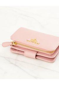 prada - PRADA - Różowy skórzany portfel. Kolor: różowy, wielokolorowy, fioletowy. Materiał: skóra