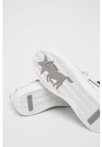 Białe buty sportowe Mustang na średnim obcasie, z cholewką, na obcasie