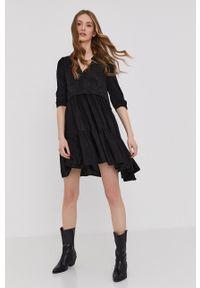 Answear Lab - Sukienka. Okazja: na co dzień. Kolor: czarny. Materiał: tkanina, skóra ekologiczna. Długość rękawa: krótki rękaw. Wzór: gładki. Typ sukienki: proste. Styl: wakacyjny