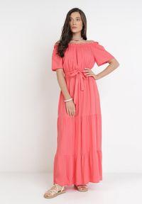 Born2be - Koralowa Sukienka Kissorise. Kolor: pomarańczowy. Materiał: materiał. Długość rękawa: krótki rękaw. Sezon: lato, wiosna. Długość: midi