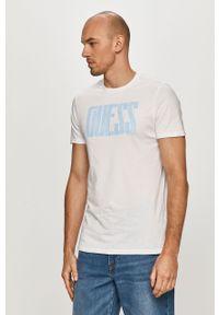 Biały t-shirt Guess na co dzień, z nadrukiem