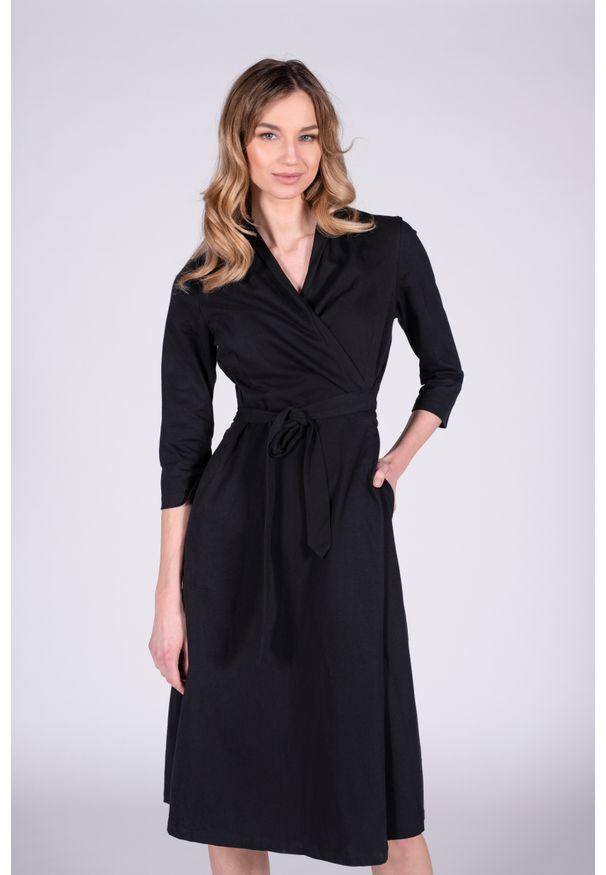 VEVA - Sukienka kopertowa Wisdom Time czarna. Okazja: do pracy, na co dzień. Typ kołnierza: typu klepsydra. Kolor: czarny. Typ sukienki: kopertowe. Styl: casual. Długość: midi
