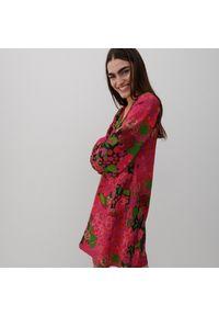 Reserved - Sukienka mini z roślinnym printem - Wielobarwny. Wzór: nadruk. Długość: mini
