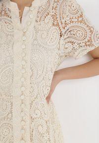 Born2be - Kremowa Sukienka Asithise. Okazja: na wesele, na ślub cywilny. Kolor: beżowy. Materiał: koronka, materiał. Styl: retro