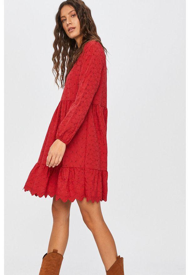 Czerwona sukienka Answear Lab na co dzień, z długim rękawem