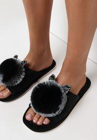 Born2be - Czarne Kapcie Lypho. Nosek buta: otwarty. Zapięcie: bez zapięcia. Kolor: czarny. Materiał: dresówka, dzianina, guma. Wzór: aplikacja