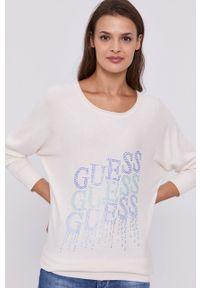 Guess - Sweter. Okazja: na co dzień. Kolor: beżowy. Materiał: dzianina. Długość rękawa: raglanowy rękaw. Wzór: aplikacja. Styl: casual