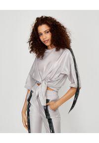 JOANNA MUZYK - Szara bluzka z logowanymi taśmami. Kolor: szary. Materiał: tkanina. Styl: sportowy