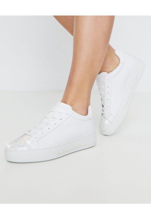 RENE CAOVILLA - Białe sneakersy Xtra z kryształami Swarovskiego. Okazja: na co dzień. Nosek buta: okrągły. Zapięcie: pasek. Kolor: biały. Materiał: dresówka, guma, jeans