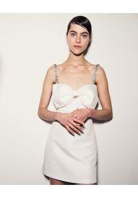 SELF PORTRAIT - Biała sukienka z kokardą. Okazja: na imprezę. Typ kołnierza: kokarda. Kolor: biały. Długość rękawa: na ramiączkach. Wzór: aplikacja. Typ sukienki: dopasowane, gorsetowe. Styl: wizytowy, elegancki. Długość: mini