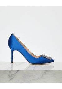 MANOLO BLAHNIK - Niebieskie szpilki Hangisi 9 cm. Okazja: na wesele, na ślub cywilny. Zapięcie: klamry. Kolor: niebieski. Materiał: satyna, jedwab, materiał. Wzór: aplikacja. Obcas: na szpilce. Wysokość obcasa: wysoki