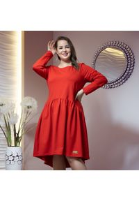 Moda Size Plus Iwanek - Asymetryczna czerwona sukienka Kira XXL OVERSIZE JESIEŃ. Okazja: na co dzień. Kolor: czerwony. Materiał: dresówka, dzianina, elastan, bawełna. Długość rękawa: krótki rękaw. Sezon: jesień. Typ sukienki: asymetryczne, oversize. Styl: casual