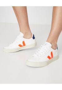 Veja - VEJA - Białe sneakersy Campo. Okazja: do pracy, na co dzień. Kolor: biały. Materiał: guma. Wzór: aplikacja