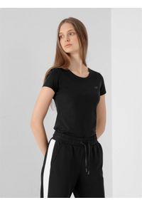 4f - T-shirt damski. Kolor: czarny. Materiał: elastan, dzianina, bawełna. Długość rękawa: krótki rękaw. Długość: krótkie. Sport: fitness