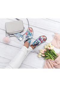 Zapato - półbuty jazzówki w motywem kwiatowym - skóra naturalna - model 246 - kolor kwiatek. Okazja: do pracy, na co dzień, na spotkanie biznesowe. Materiał: skóra. Szerokość cholewki: normalna. Wzór: kwiaty. Obcas: na obcasie. Styl: elegancki, casual, klasyczny, boho, biznesowy. Wysokość obcasa: niski