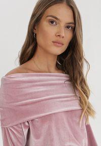 Born2be - Różowa Sukienka Mormenor. Typ kołnierza: golf, dekolt hiszpanka. Kolor: różowy. Materiał: welur, dzianina. Długość rękawa: długi rękaw. Długość: mini