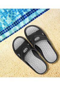 LANO - Klapki męskie basenowe Lano KL-4-0401 Black/Grey. Okazja: na plażę. Zapięcie: bez zapięcia. Materiał: guma. Obcas: na obcasie. Wysokość obcasa: średni, niski. Sport: pływanie