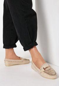 Born2be - Beżowe Mokasyny Virtuous. Okazja: na co dzień. Nosek buta: okrągły. Zapięcie: bez zapięcia. Kolor: beżowy. Szerokość cholewki: normalna. Wzór: gładki, aplikacja. Wysokość cholewki: przed kostkę. Materiał: jeans. Obcas: na płaskiej podeszwie. Styl: casual