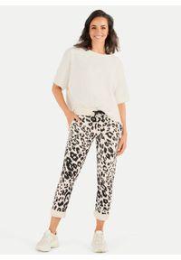 Beżowe spodnie dresowe ze zwierzęcym printem Juvia. Kolor: beżowy. Materiał: dresówka. Wzór: motyw zwierzęcy, nadruk