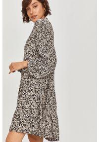 Czarna sukienka Answear Lab z długim rękawem, prosta