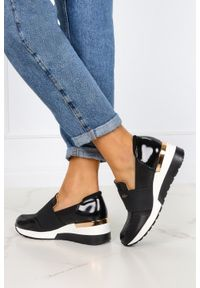 Kati - Czarne sneakersy kati półbuty na koturnie z gumką polska skóra 7020/c. Kolor: czarny. Materiał: skóra. Obcas: na koturnie