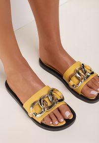 Renee - Żółte Klapki Andrielez. Nosek buta: otwarty. Kolor: żółty. Materiał: guma. Wzór: gładki, aplikacja