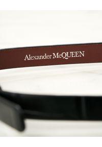 Alexander McQueen - ALEXANDER MCQUEEN - Czarna bransoletka z czaszką. Kolor: czarny. Wzór: aplikacja